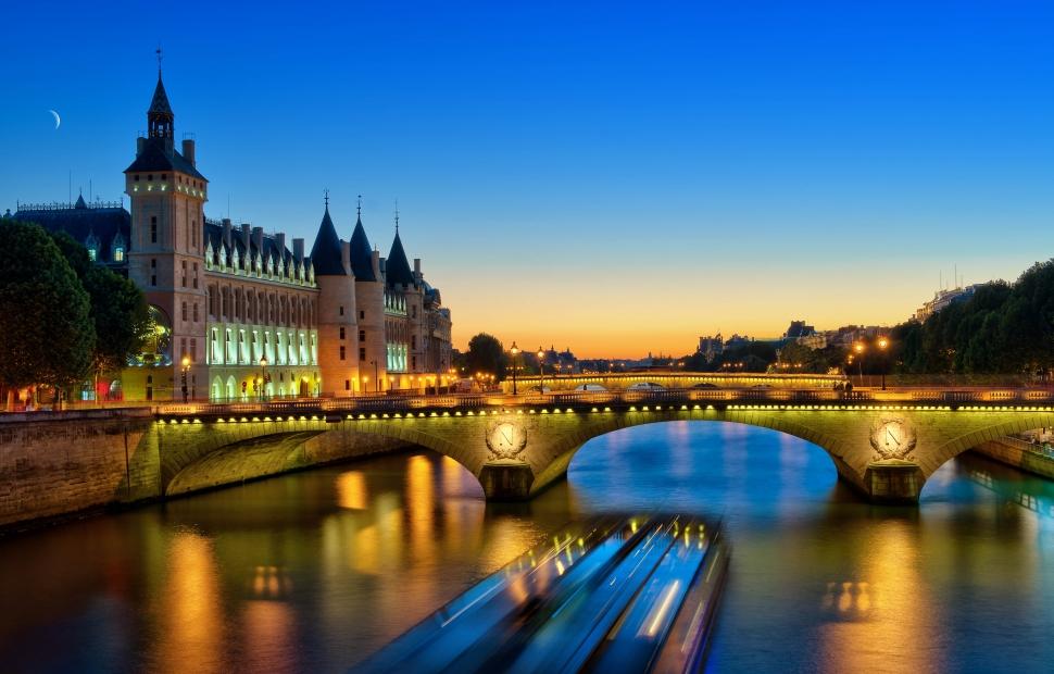 La Seine de nuit, vue sur la Conciergerie (c) A. Gelot - CRT Paris Ile-de-FranceA.Gelot - CRT Paris Ile-de-France