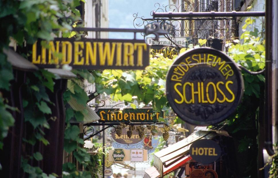Rheingau wine region � Drosselgasse in R�desheim (c) dam germany travel