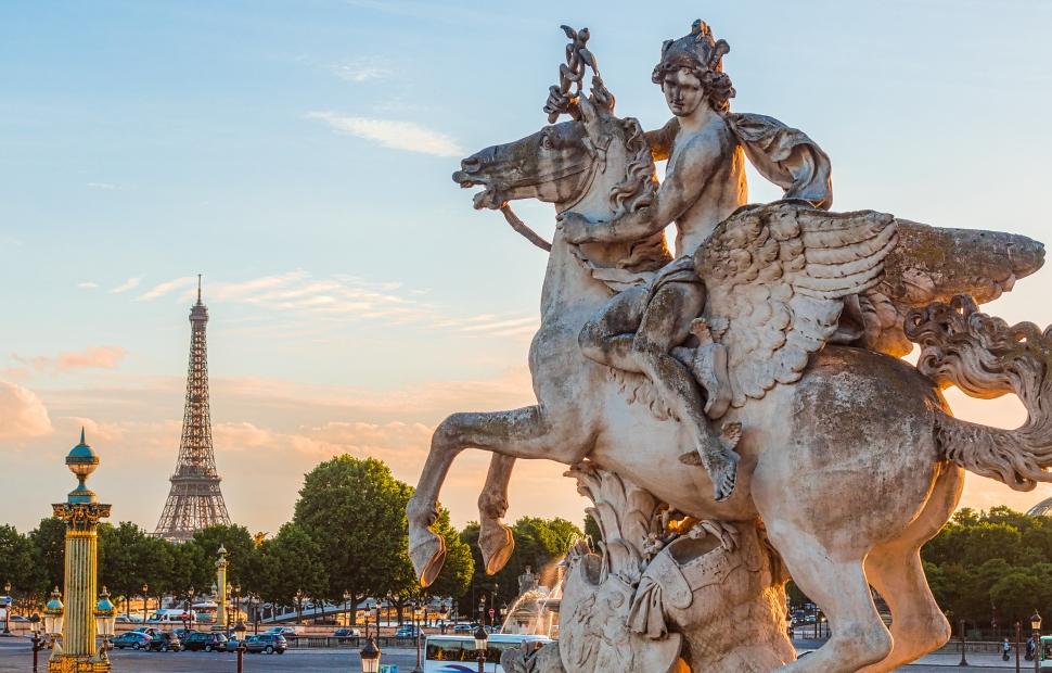 Statue du jardin des Tuileries avec Tour Eiffel (c) Van Biesen - Ooshot - CRT Paris Ile-de-France