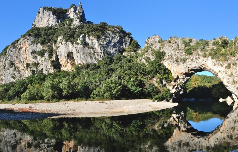 Vallon Pont d-Arc (c) AdobeStock