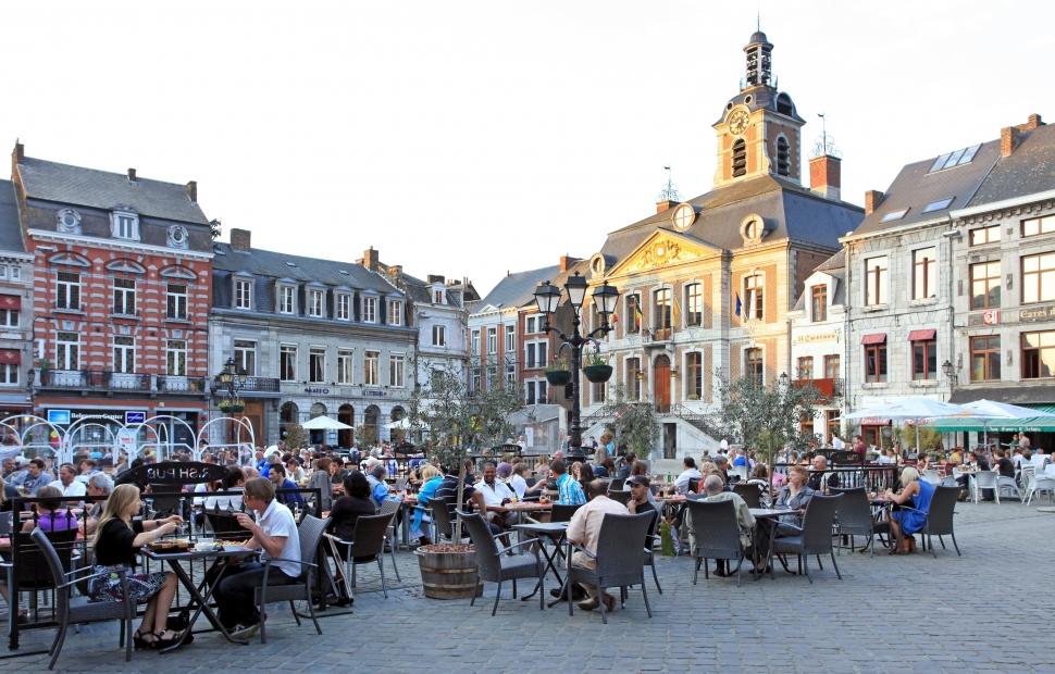 Huy  WBT - Arnaud Siquet-Boire un verre en terrasse sur une place � Huy
