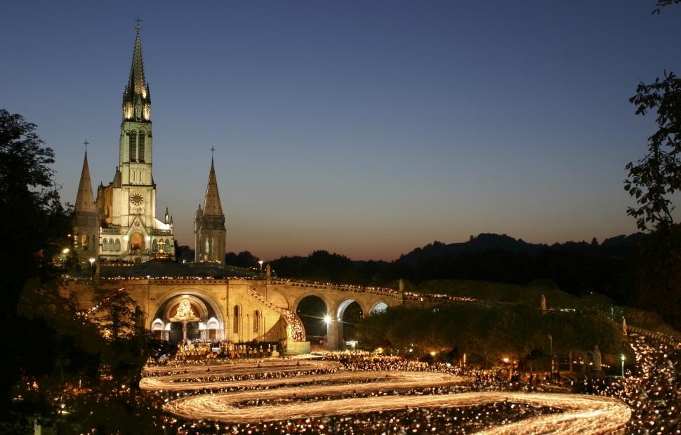 Procession aux flambeaux � Sanctuaires ND Lourdes P Vincent